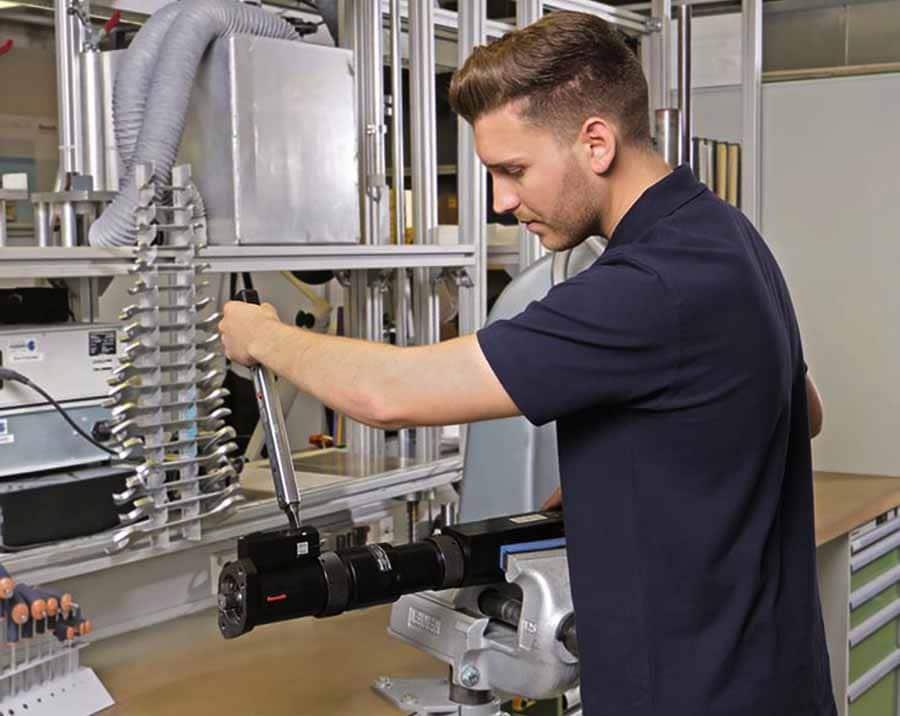 Hombre trabajando con-herramientas Bosch Rexroth en taller