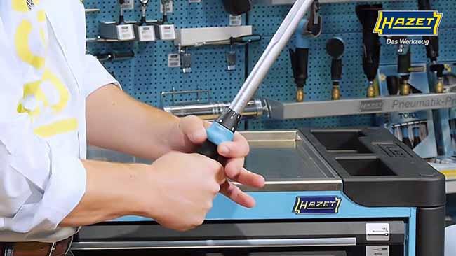 hombre trabaja con herramientas dinamomentricas Hazet