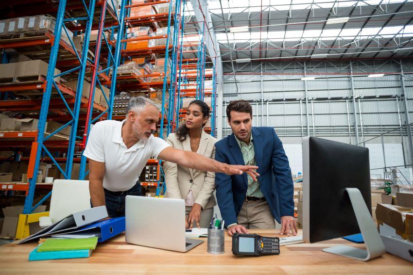 Trabajadores incrementando la productividad gracias a Lean Management
