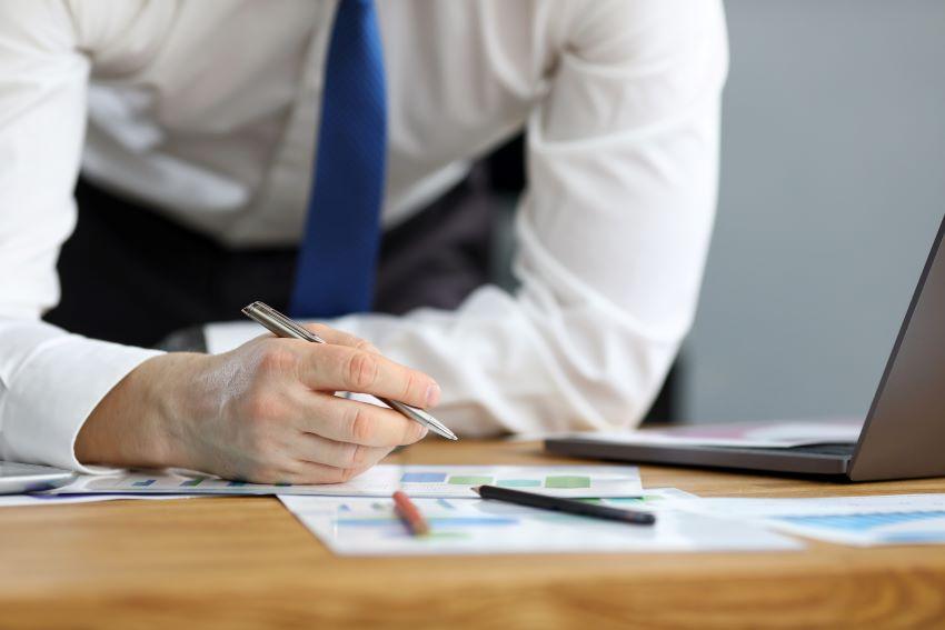 Persona implementando la metodología lean management en su empresa
