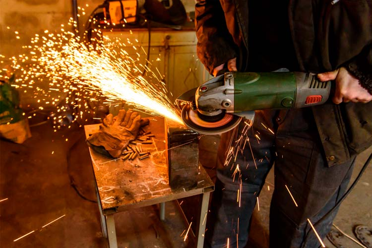 Usando una amoladora en el taller